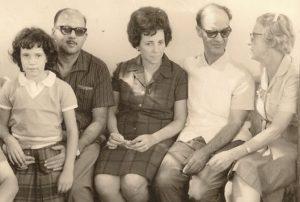 1965, Uberaba - Francisco, Nena e a filha Roseli Galves, com Chico Xavier e amigos.